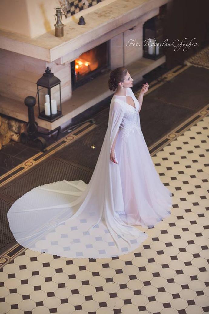 Modna peleryna z funkcją trenu do ślubu