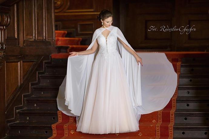 Różowa suknia ślubna z peleryną