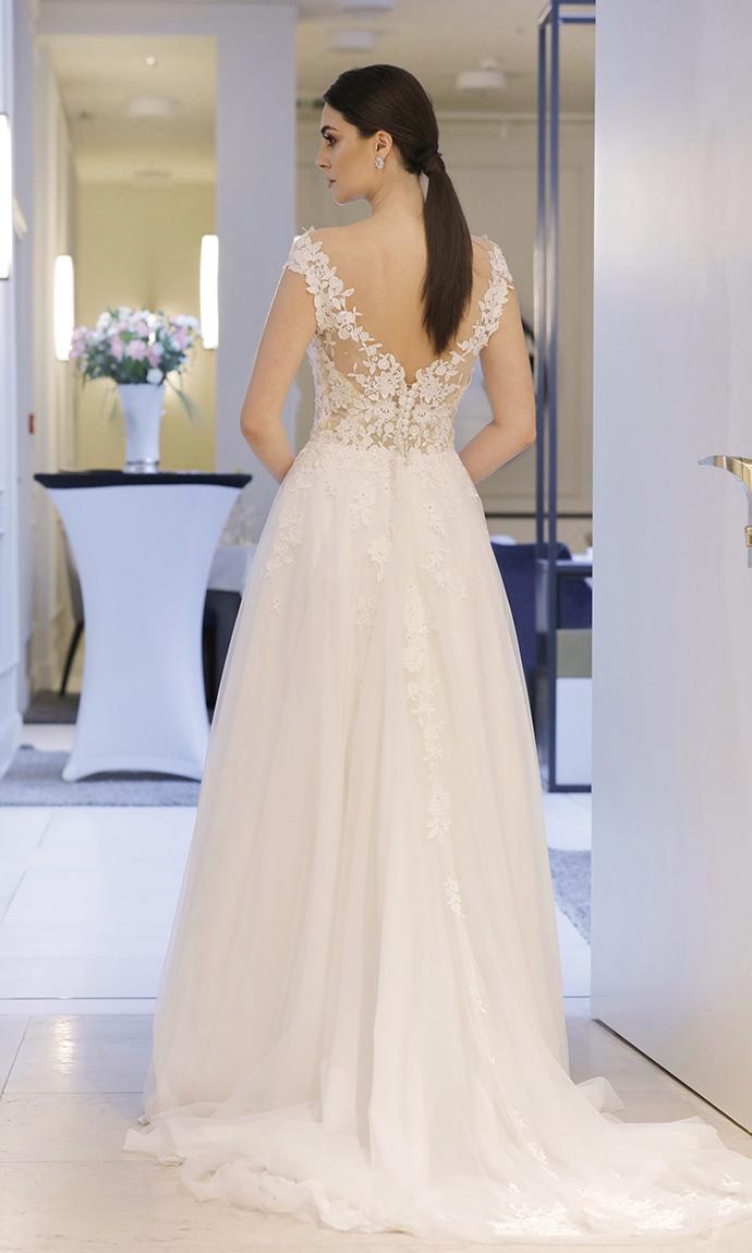 Suknia ślubna z odsłoniętymi plecami