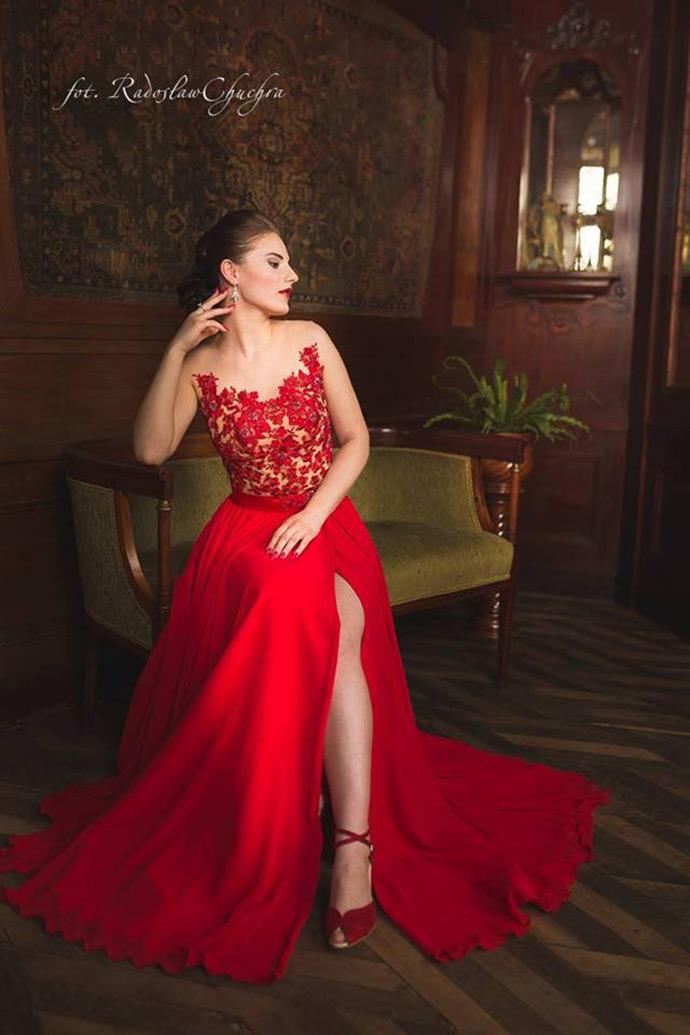 Czerwona suknia do ślubu z koronkową górą i rozcięciem
