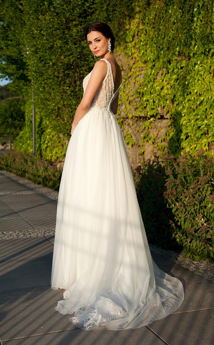 Suknia ślubna z koronkową górą obszytą kamieniami