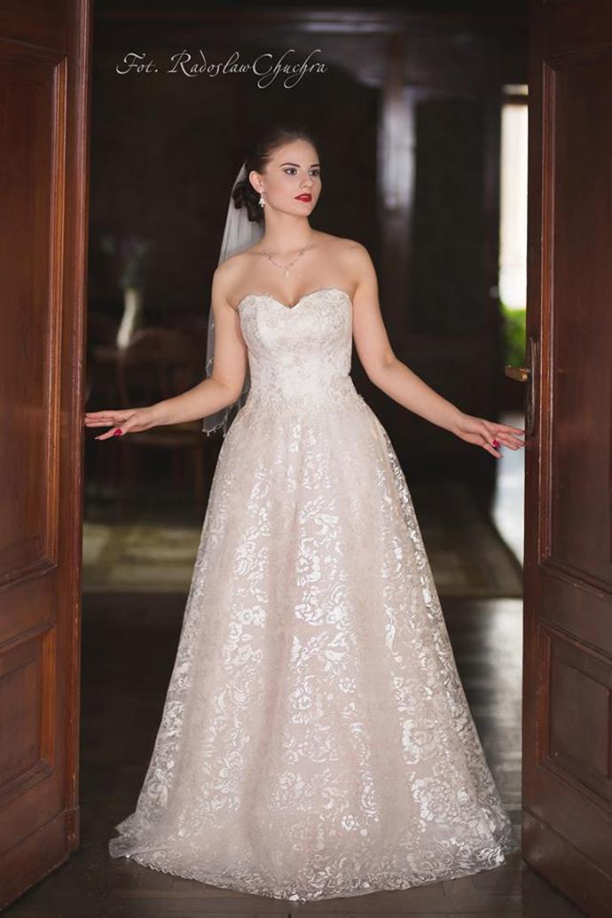 Suknia ślubna z dekoltem w serce