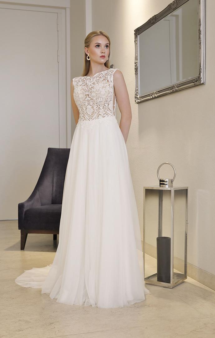 Suknia ślubna z zabudowaną koronkowągórą