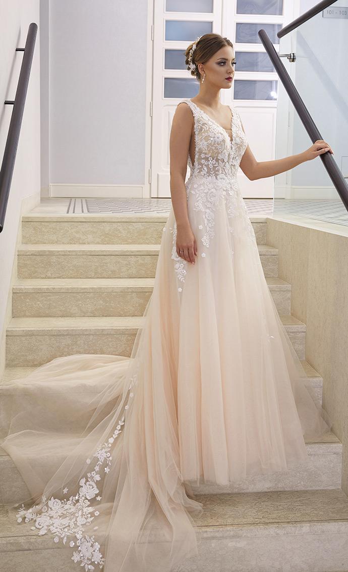 Pastelowa suknia ślubna z koronką schodzącą na spódnicę