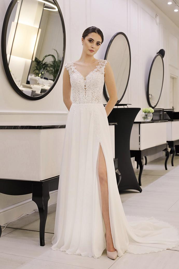 Lekka, zwiewna suknia ślubna z koronkową górą i gładkim dołem