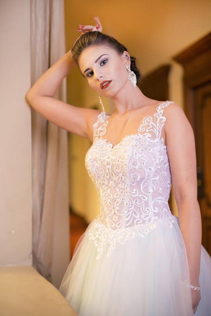 Suknia ślubna z gorsetem zdobionym koronkową aplikacją i kamieniami