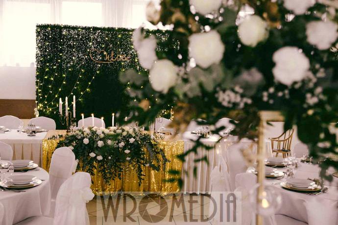 Ścianka w sali weselnej w butelkowej zieleni
