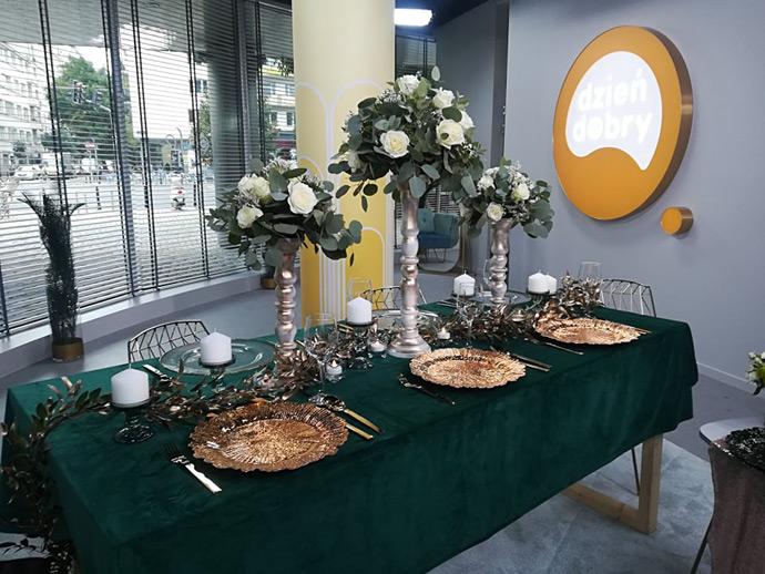 Dekoracja stołu weselnego ze złotymi podtalerzami