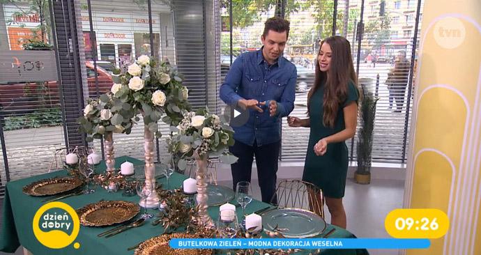 Wromedia o dekoracjach w kolorze butelkowej zieleni w telewizji TVN
