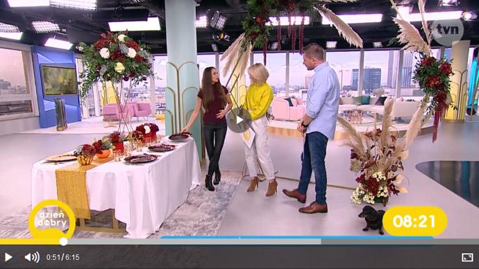 Wromedia w TVN burgund w dekoracjach ślubnych