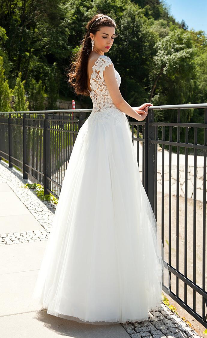 Tył sukni ślubnej z lekką spódnicą
