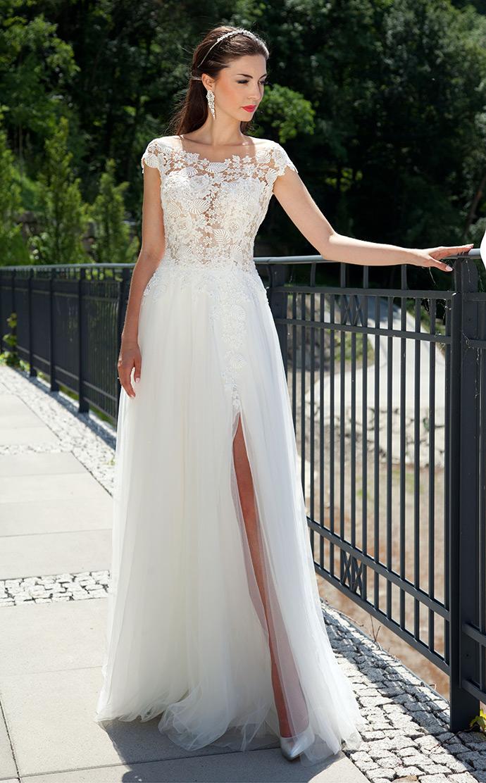 Zwiewna, lekka suknia ślubna z koronkową górą i rozcięciem
