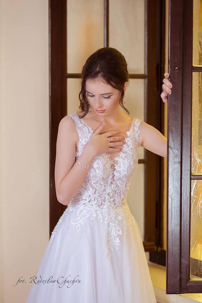 Góra sukni ślubnej z efektownej koronki schodzącej na biodra