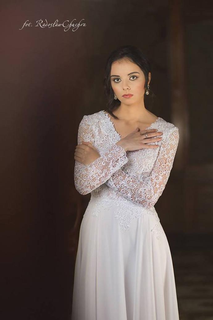 Suknia ślubna z długimi koronkowymi rękawami i dekoltem V