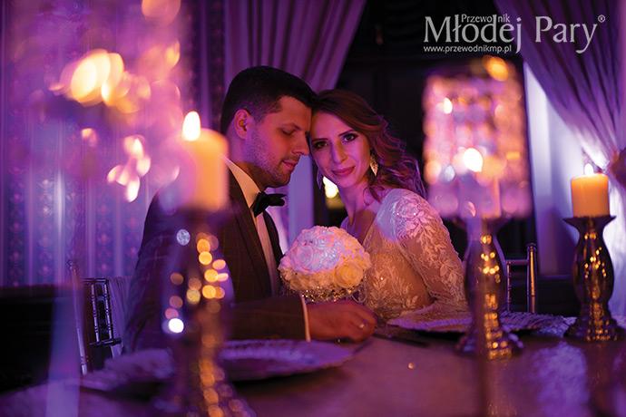 Młoda para w świetle świec