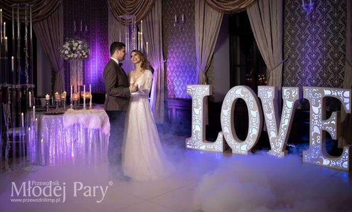 Napis love na sali weselnej