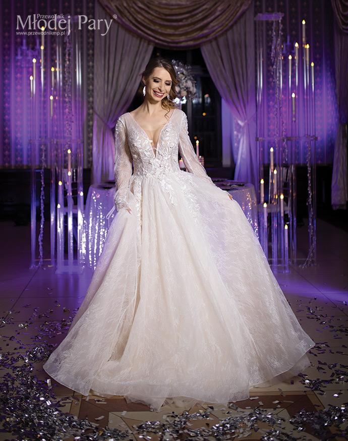 Panna młoda w sukni ślubnej o kroju litery A w odcieniu cappuccino