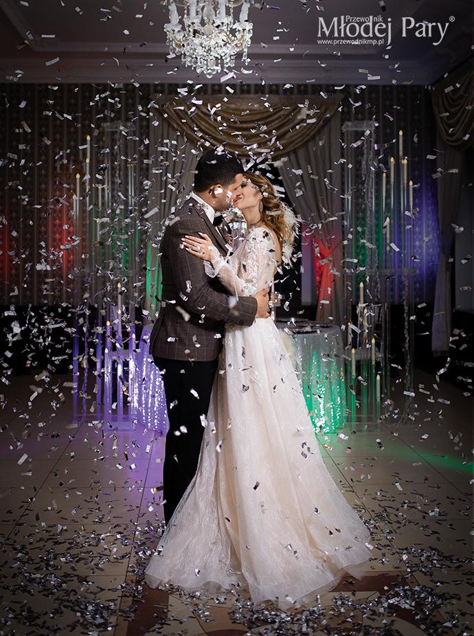 Srebrne confetti podczas pierwszego tańca