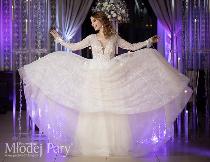 Piękna suknia ślubna w odcieniu cappuccino z dekoltem w kształcie litery V