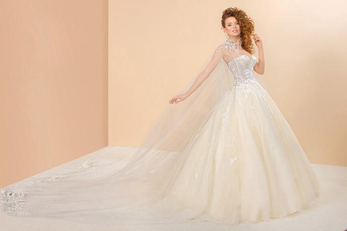 Suknia ślubna z peleryną trenem