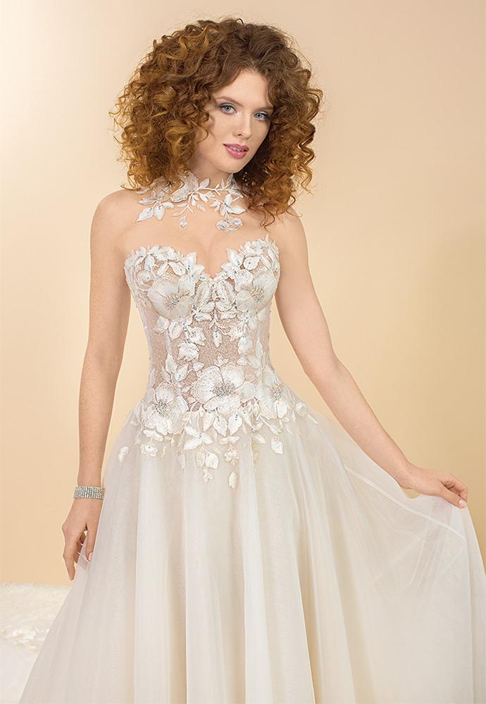 Pięknie zdobione kryształami Swarovskiego kwiaty na sukni ślubnej