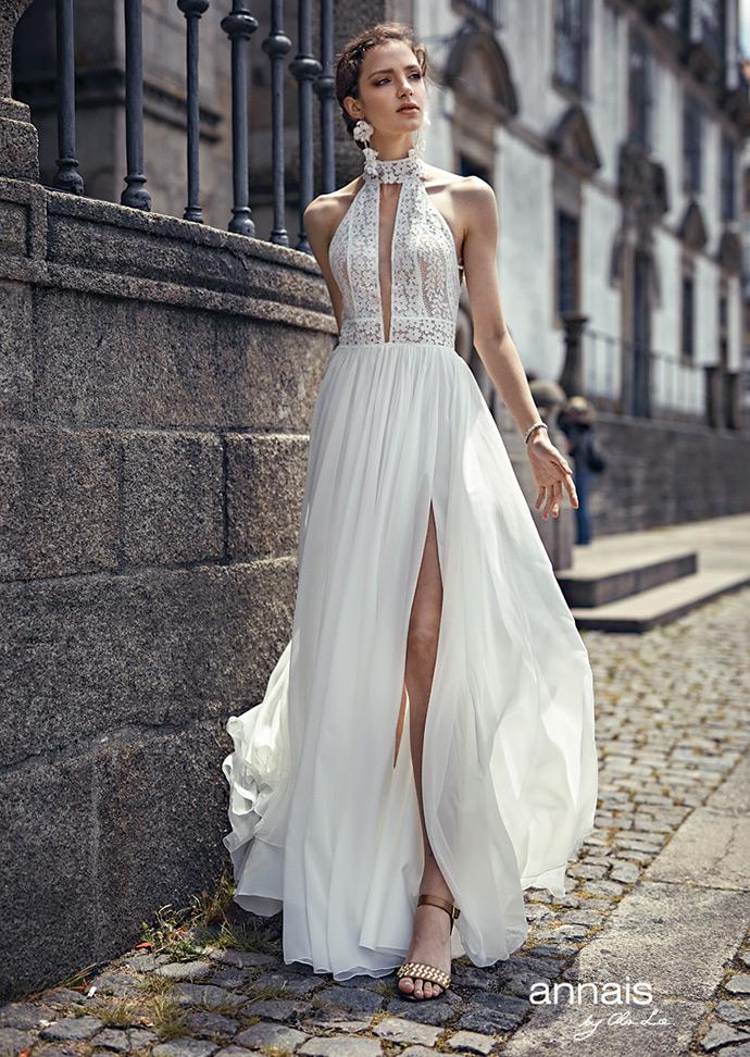Suknia ślubna z rozcięciem i dekoltem stójką