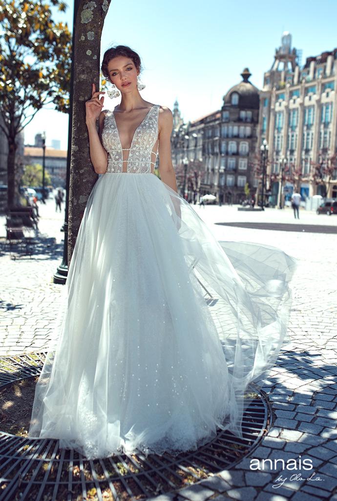 Suknia ślubna z wyciętym dekoltem w kształcie V