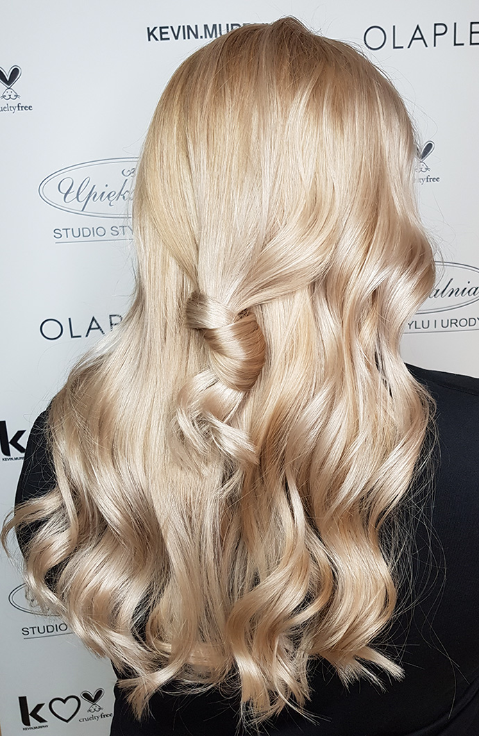 Zadbane lśniące włosy ułożone w fale