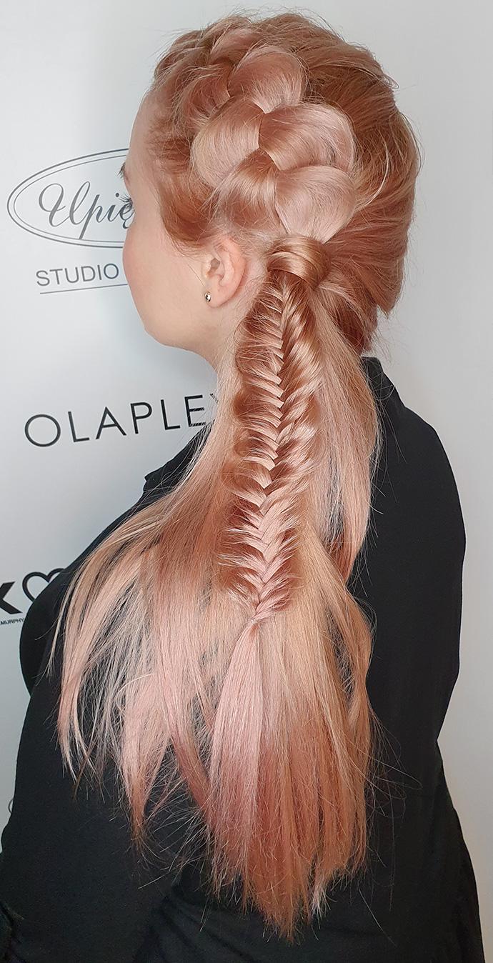 Niezwykła fryzura z długich włosów ze splotami