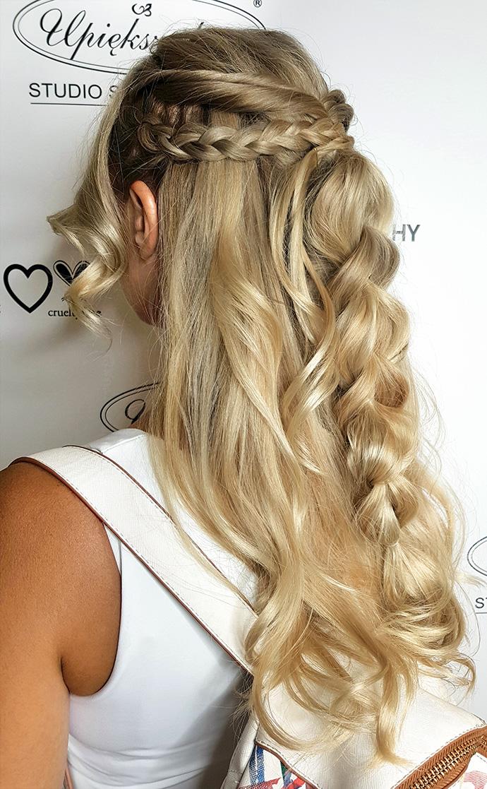 Długie rozpuszczone włosy z warkoczem