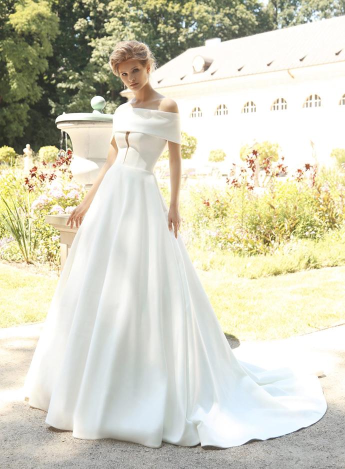 Suknia ślubna z gładkiej tkaniny