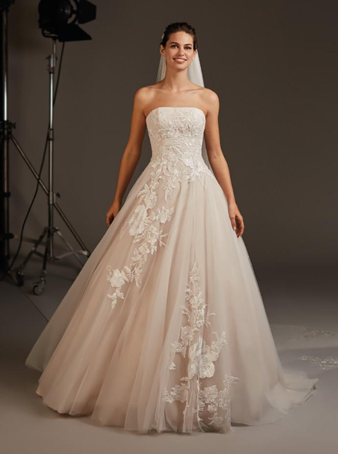 Suknia ślubna z dużymi kwiatowymi aplikacjami