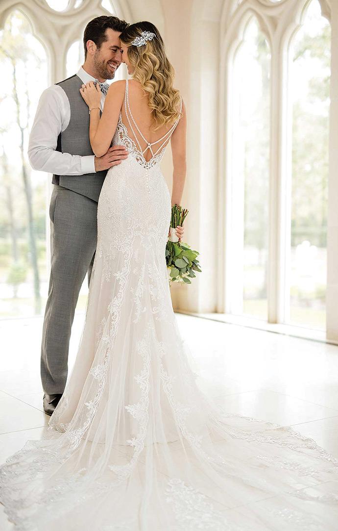 Suknia slubna z wyciętymi plecami wykończona biżuteryjną taśmą