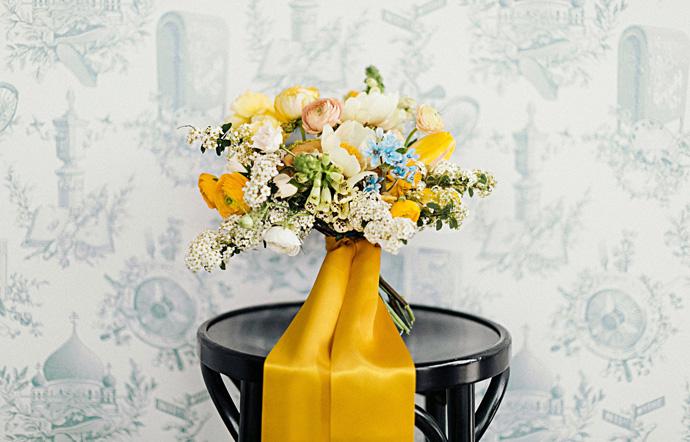 Bukiet ślubny z żółtymi kwiatami, kolor roku 2021 Illuminating złoto oraz Ultimate Grey